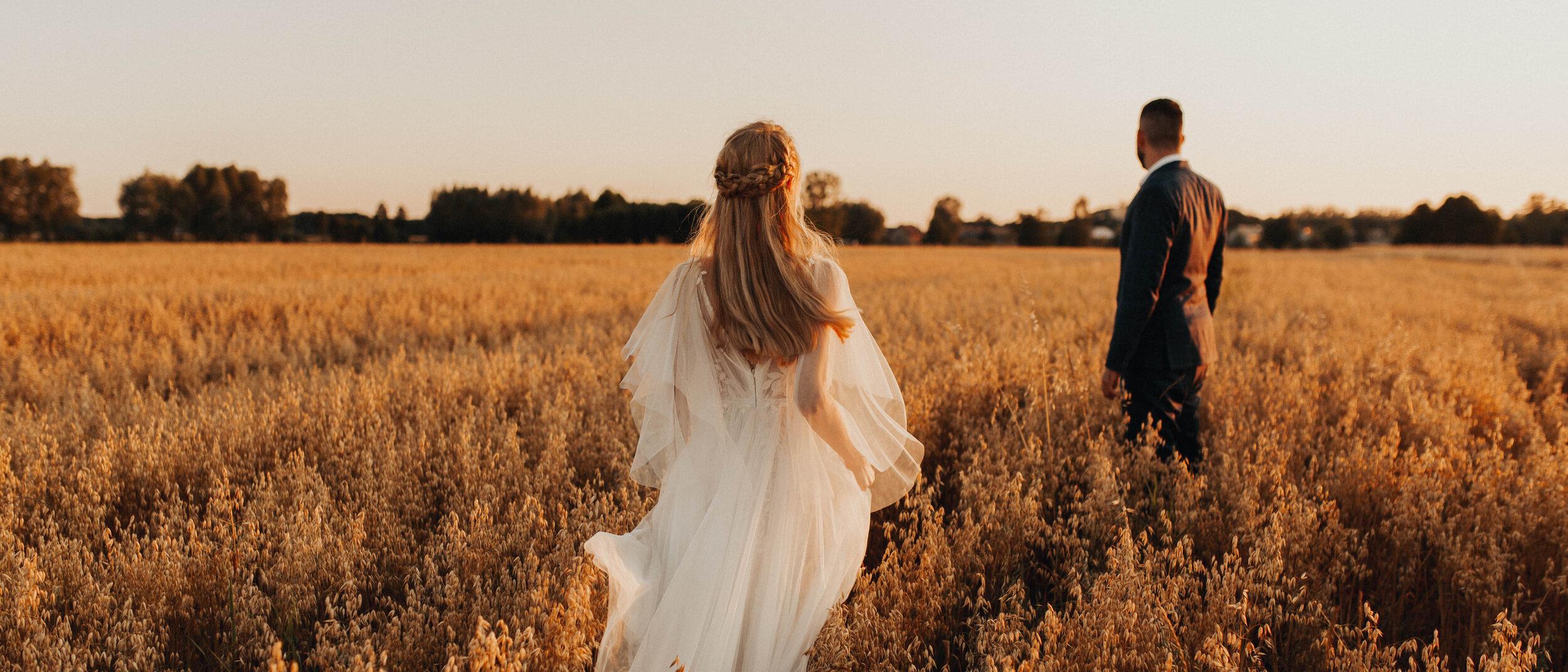 Roksana & Radek Cinematic Wedding Film - Od pierwszych chwil, kiedy poznaliśmy Roksanę i Radka, wiedzieliśmy w jakim kierunku musimy iść i jak będzie wyglądać ich film. Z pewnością możemy powiedzieć, że jest to najbardziej delikatny film, który kiedyś tworzyliśmy, i uwielbiamy w nim wszystko