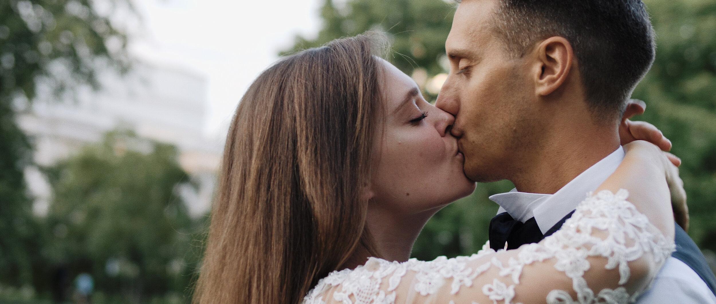 Dominika & Luca CINEMATIC WEDDING FILM - Wesele Dominiki i Luci najlepiej opiszą trzy słowa - romantycznie, wzruszająco i kameralnie! Polsko-włoskie wesele w gronie najbliższych osób w niesamowicie klimatycznym i przytulnym Hotelu Bonifacio, sama natura w okolicach i i tak weseli oni - perfekcyjne połączenie, które uwieczniliśmy na ich pięknym filmie.