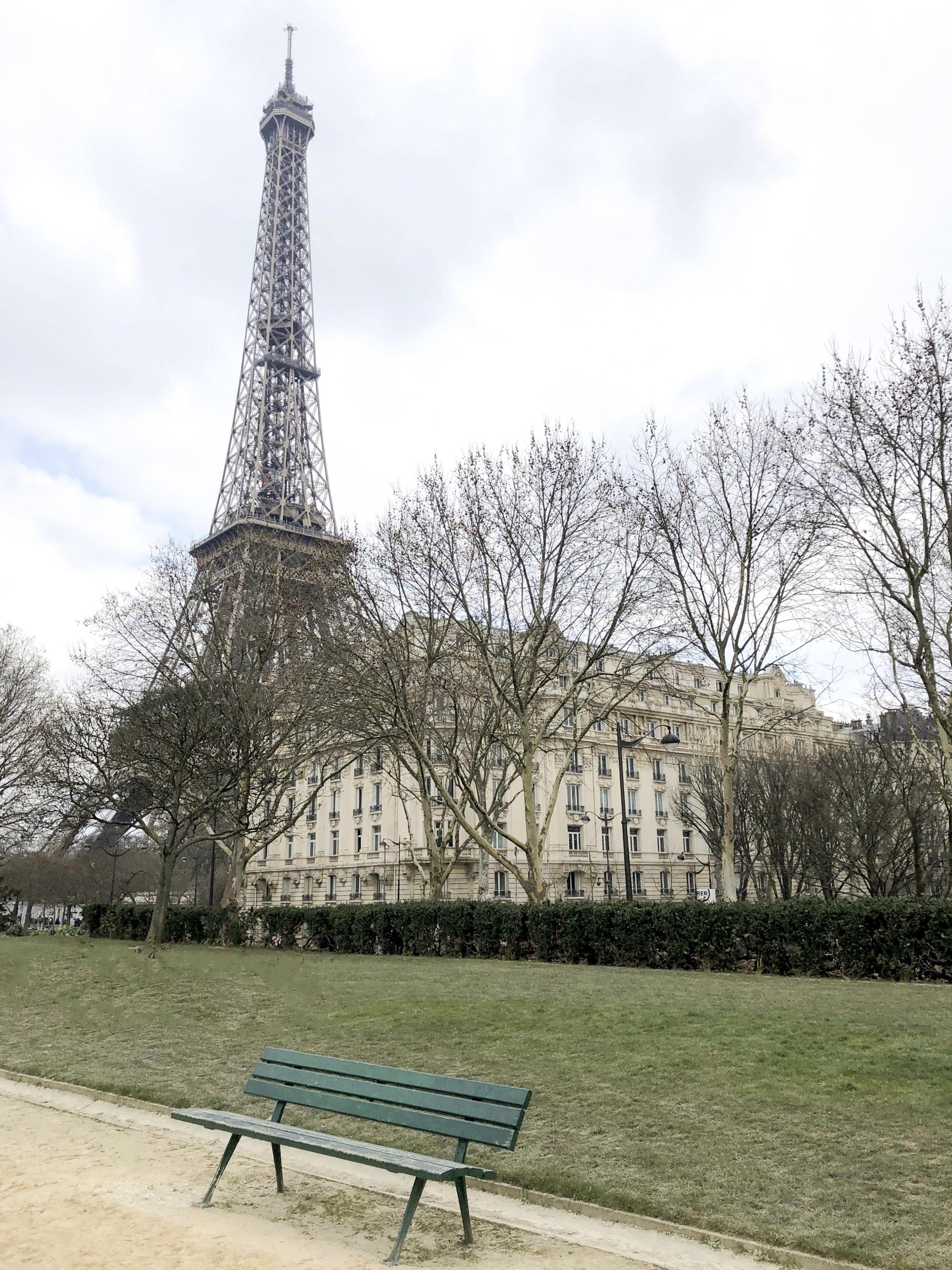 Tour Eiffel w/ green bench