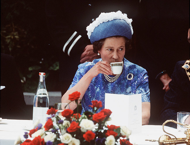 Queen-Elizabeth-drinks-tea-1977-z.jpg
