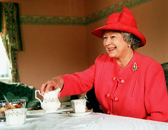 The-Queen-tea-1999-z.jpg