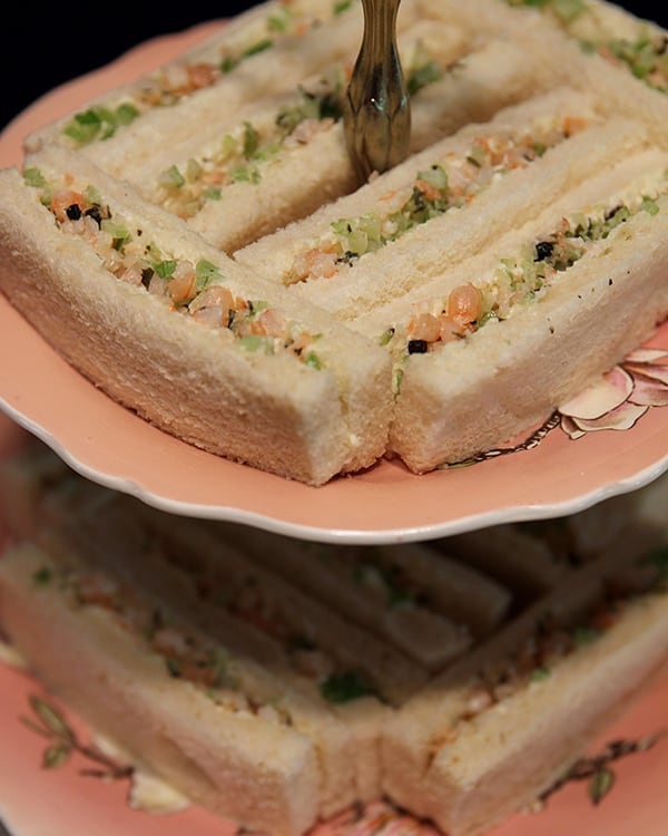 😍🦐🥪 Don't these shrimp & celery finger sandwiches pair wonderfully with our 1940s pink Royal Winton cake stand? 👌☕Now we're ready for our afternoon tea! 📸 Photo @teapotgr #customevents #afternoontea #vintagelove