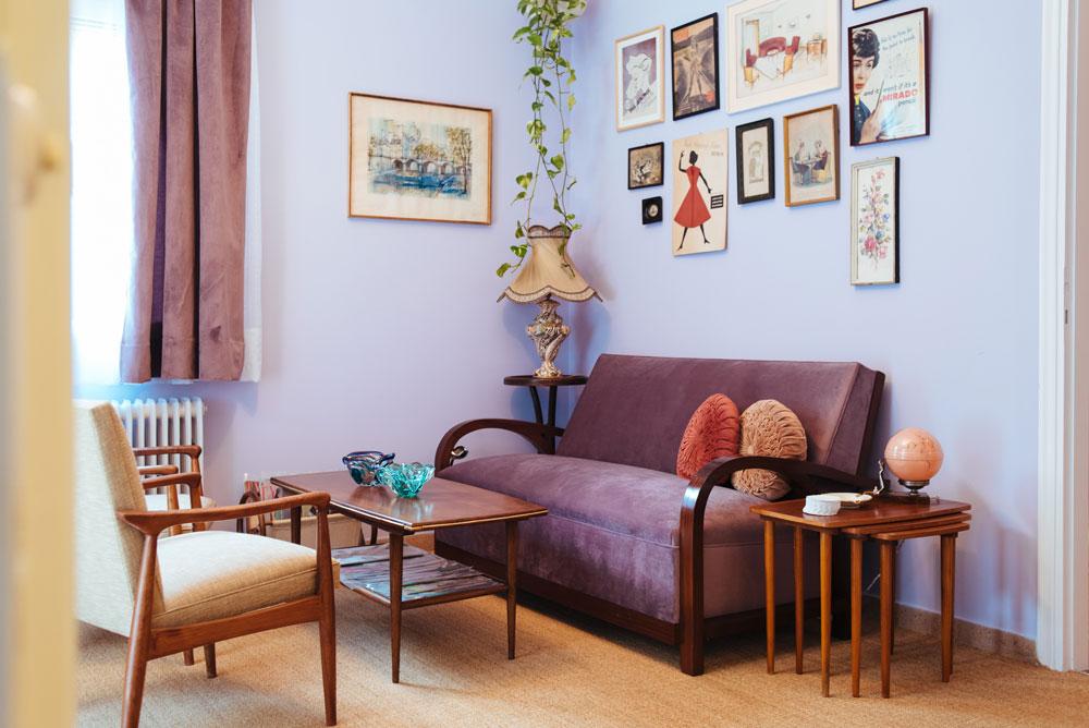 Η διακόσμηση - Δημιουργήσαμε έναν χώρο με vintage έπιπλα και αντικείμενα από τη δεκαετία του '40, του '50 και του '60. Κάποια από αυτά υπάρχουν στην οικογένειά μας από τότε, όπως το αμπαζούρ Capodimonte που είχε δωρίσει στην γιαγιά μου η αδερφή της για τους αρραβώνες της. Κάποια άλλα έγιναν κομμάτι της συλλογής μας όσο ζούσαμε στο Λονδίνο, όπως τα nesting tables από ξύλο teak, ενώ άλλα αγοράστηκαν ειδικά για να στολίσουν τον χώρο της Madame Gâteaux, όπως ο καναπές μας, που τον ντύσαμε από την αρχή με μοβ βελούδο. Ρωτήστε μας για το κάθε αντικείμενο και θα σας πούμε την ιστορία του!