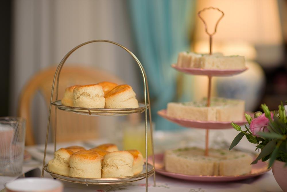 Το μενού - Επιλέξτε ένα από τα πακέτα μας και σχεδιάστε το μενού του afternoon tea σας, με τα αλμυρά εδέσματα, τα λαχταριστά γλυκίσματα και το αρωματικό τσάι που θα σας σερβίρει η Madame Gâteaux.Το κάθε πακέτο περιλαμβάνει πολλαπλά τεμάχια ανά άτομο από την κάθε επιλογή του μενού.