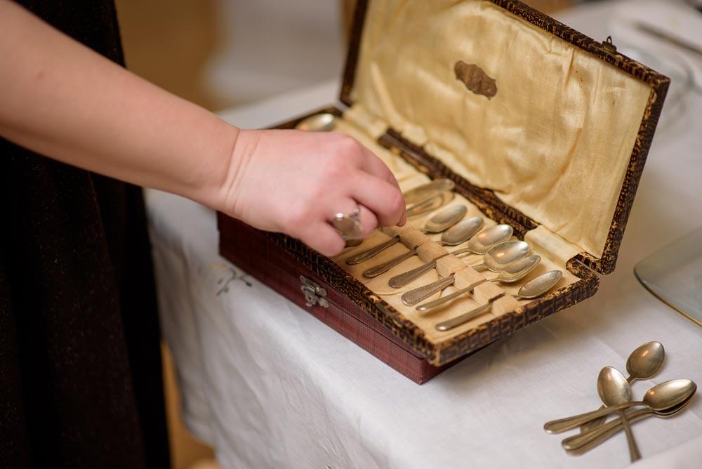 """Το σερβίτσιο - Η Madame Gâteaux θα φέρει τα δικά της vintage σερβίτσια, τσαγερά, cake stands και μαχαιροπήρουνα, όπως επίσης και ένα λινό κεντητό τραπεζομάντηλο για να στολίσει το τραπέζι σας.Όλα μας τα σερβίτσια είναι αυθεντικά vintage, από την εκτεταμένη προσωπική μας συλλογή. Κάποια από αυτά είναι οικογενειακά κειμήλια, άλλα έχουν αγοραστεί στα ταξίδια μας σε όλο τον κόσμο και άλλα προστέθηκαν στον """"στόλο"""" μας ειδικά για τα afternoon tea party μας. Ρωτήστε τη Madame Gâteaux για την προέλευσή τους και την ιστορία τους!Για να ολοκληρωθεί η vintage ατμόσφαιρα και να μεταφερθείτε σε μια άλλη εποχή, μπορούμε να σας παρέχουμε και την 1950s tea party playlist μας."""