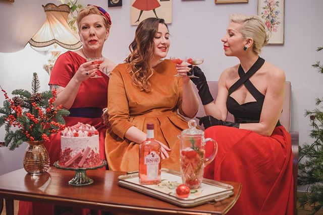 😍 My vintage ladies and I had 🎄a festive girls' night in at the Tearoom. We celebrated with 🍸 rosé #bosfordgin and 🍰a cake made with #KitKatruby and exchanged awesome Christmas gifts🎁 by #moltonbrown. 👉Find out all about it on the blog (link in bio) and stay tuned for more amazing posts with all the details! . . . 📸Photo @kon_tzemis 👗Vintage dress @lacocotteathens 💄Vintage hair & makeup @ariettita 🎁 @moltonbrown 🍫 @kitkatgreece 🍸 #bosfordrosegin