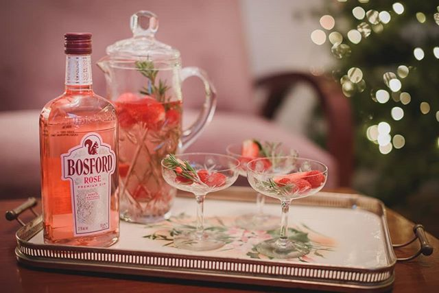 🎄Are you looking for the perfect holiday drink? 🍸 How about the prettiest rosé G&T served with 🍓strawberries, raspberries and rosemary? 👉 Find out all the details on our blog and make it for your girlfriends (link in bio). #bosfordgin #rosegin #pink #girly #festive #ginlover 📸 Photo @kon_tzemis
