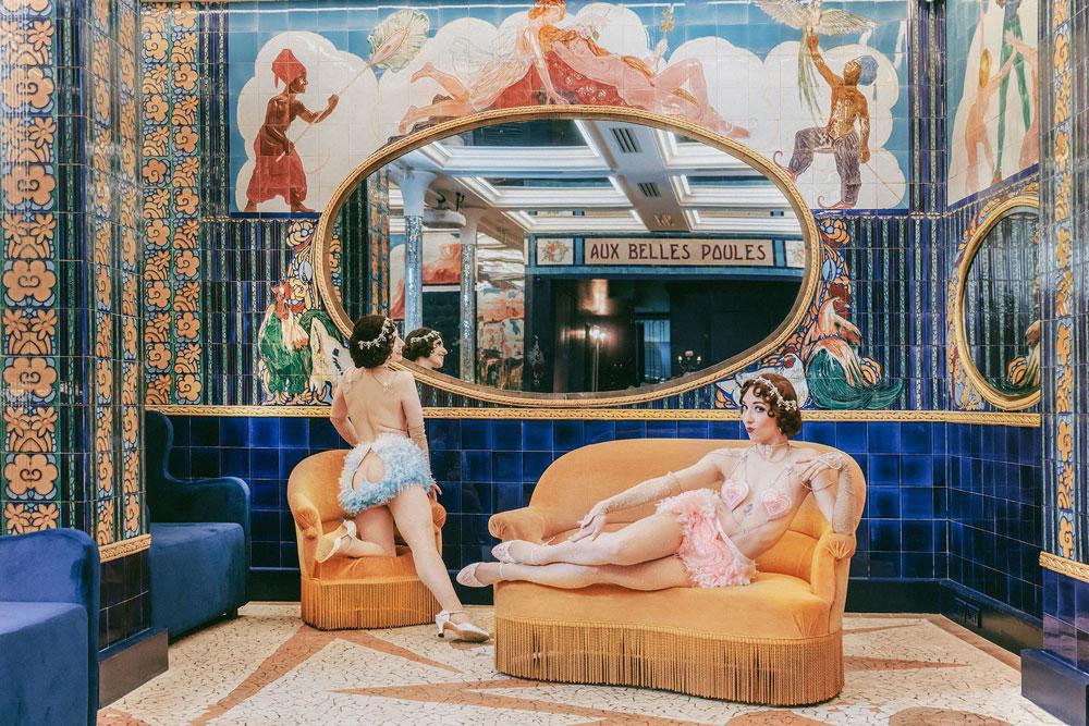 """Ντουέτο """"The Whoopees"""" για το νούμερο """"Match made in Heaven"""". Η φωτογράφιση πραγματοποιήθηκε στο Aux Belles Poules, ένα γνώσιο μπορντέλο του 1920, όπου ακόμα διατηρούνται τα αυθεντικά επιζωγραφισμένα πλακάκια.  Φωτογραφία: Eve Saint Ramon"""