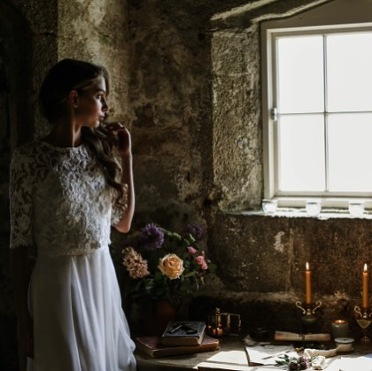 Hope everyone has a lovely weekend! I will be safely tucked inside watching this stormy weather from the comfort of the sofa 🤣 and watching from the window!! Anyone else doing the same? Makes me think of this shot from a recent photoshoot at Pendennis Castle which is featured in the Silverlinings @cornwall_wedding_guide magazine 😁  Photographer - @griffinphotography  Model- @lana.warne Hair- @zebrafinchhair Makeup - @sjanig Dresses - @bridestobefalmouth @clairelheaddon Flowers - @vintageandbloom_ Styling - @theuniquecornisheventcompany Stationery - @love.tree.designs Rings & Jewellery -@oceandiamondsltd & @wearnesjewellers & @stephaniestevensjewellery
