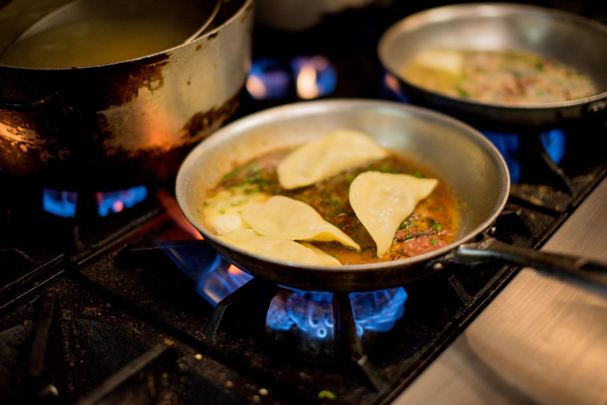 raviolis fait maison qui cuisent dans une poêle
