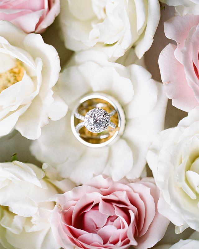 Flowers and diamonds... what more could a girl ask for?! 😍 @pineandblossom killin' the detail game as always.