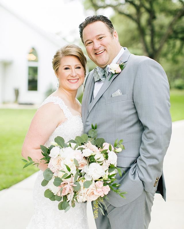 Are they not just the cutest? You can't go wrong with a classic white and blush palette ✨💕 • • •  #blushwedding #thechandelierofgruene #grueneweddings #gruenetexas #hillcountrywedding #texaswedding #weddingflowers #littlewhitechurch #brideandgeoomportrait #justmarried #weddingphotos #bridalbouquet #blushandbashful #peonies #newbraunfelswedding #austinwedding #bridesofaustin #sanantonioweddings #reileyandroseflorals #reileyandroseweddingflorals