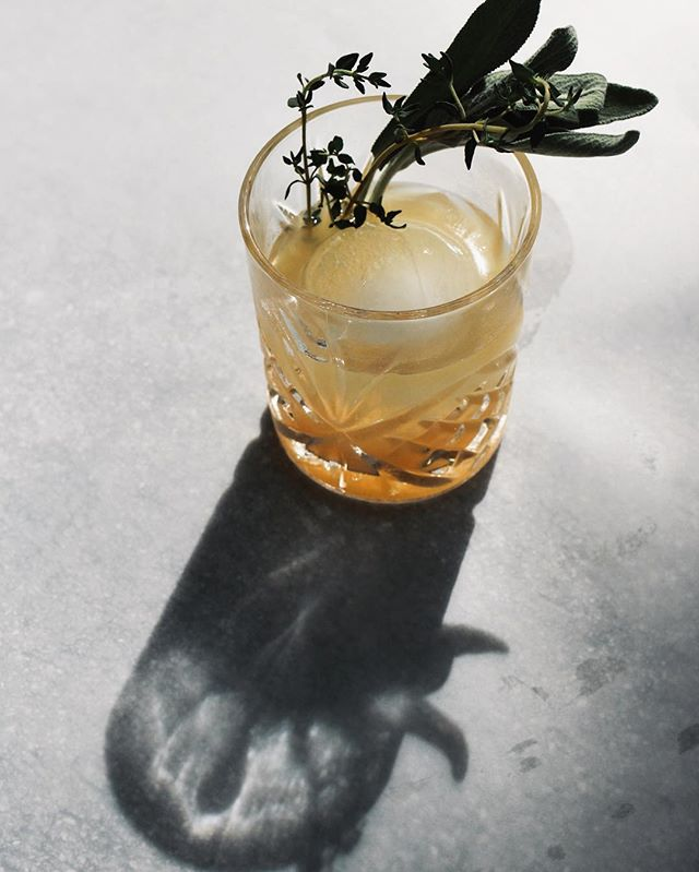 Oh, hey👋🏼 We are sipping on the flavors of fall over here like 🍐🌱🥃 // Sending out some recipe love, featuring the Spiced Pear Bourbon cocktail. Enjoy!  #mixologymonday #airtab #craftcocktail #fallflavors #spicedpear #sage #sweetandsavory #bourbon #makersmark #nicecube #cocktail #seasonalcocktail #meetdrinkshare #drinkphotography #drinkstagram
