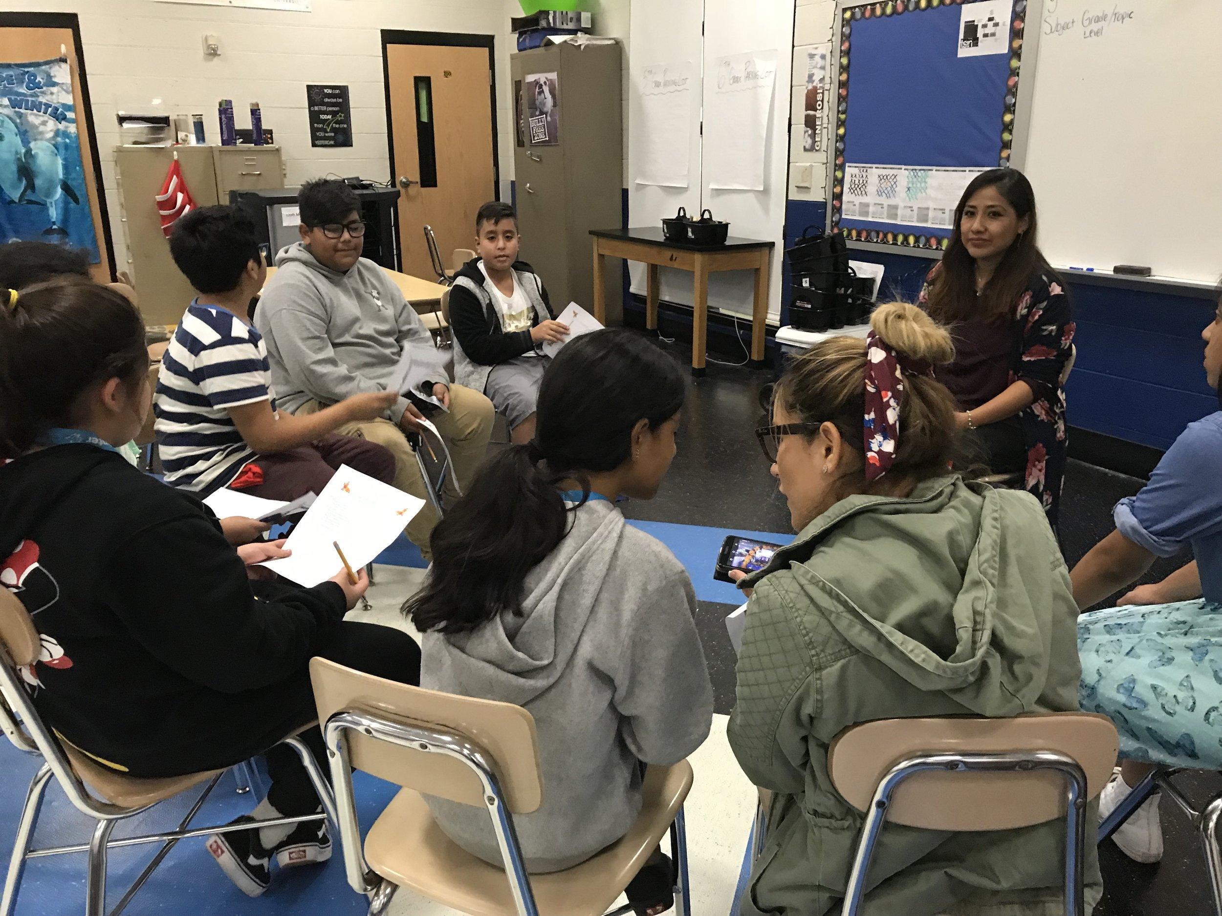 Bety comparte sus tradiciones con los estudiantes de Croft Middle Prep