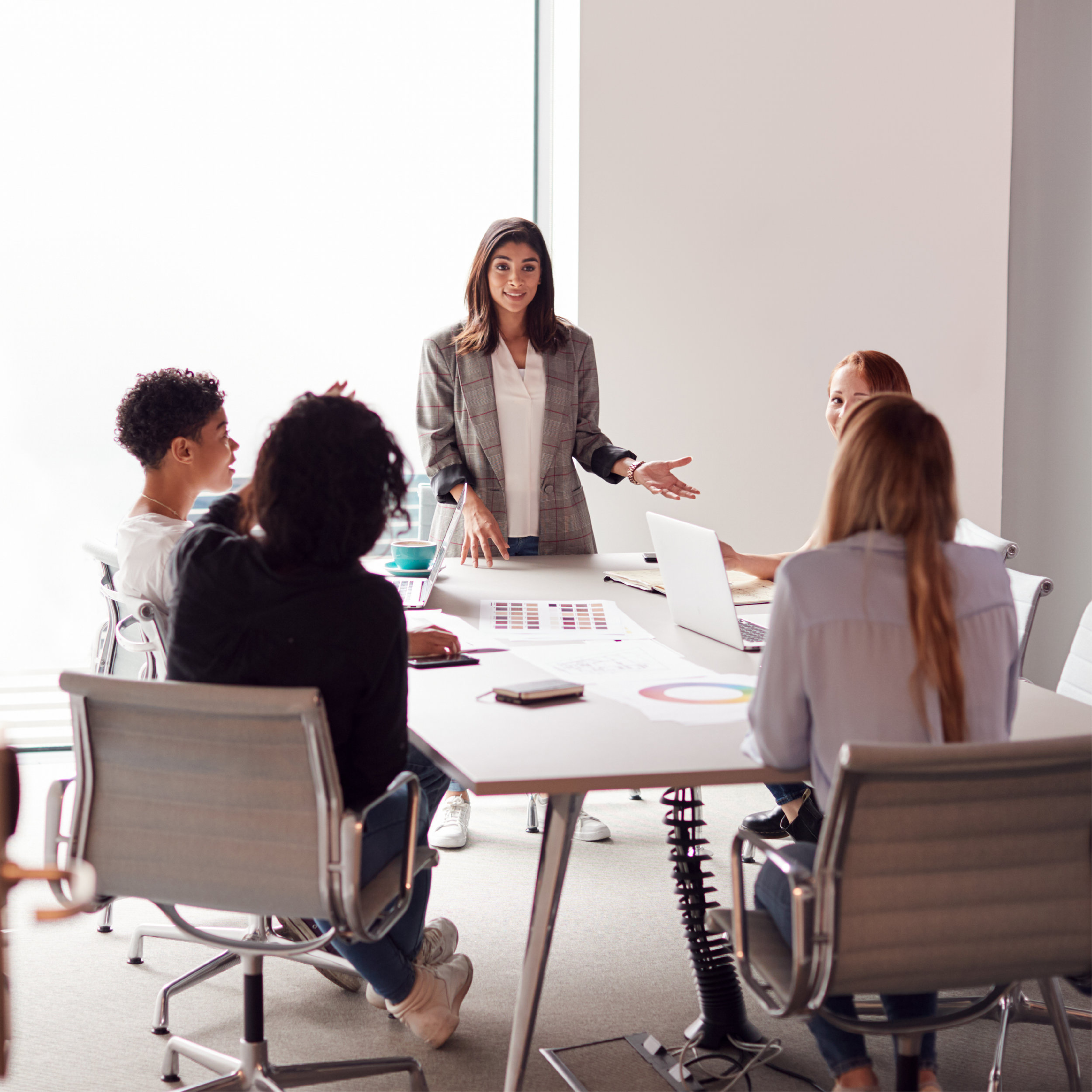 female-boss-gives-presentation-to-team-of-young-YU93KHX.jpg