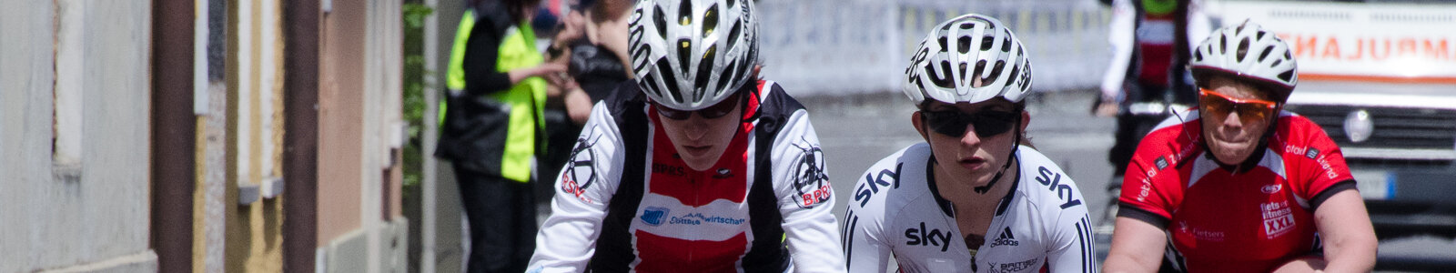 Hannah Dines (centre) racing for Great Britain in Italy