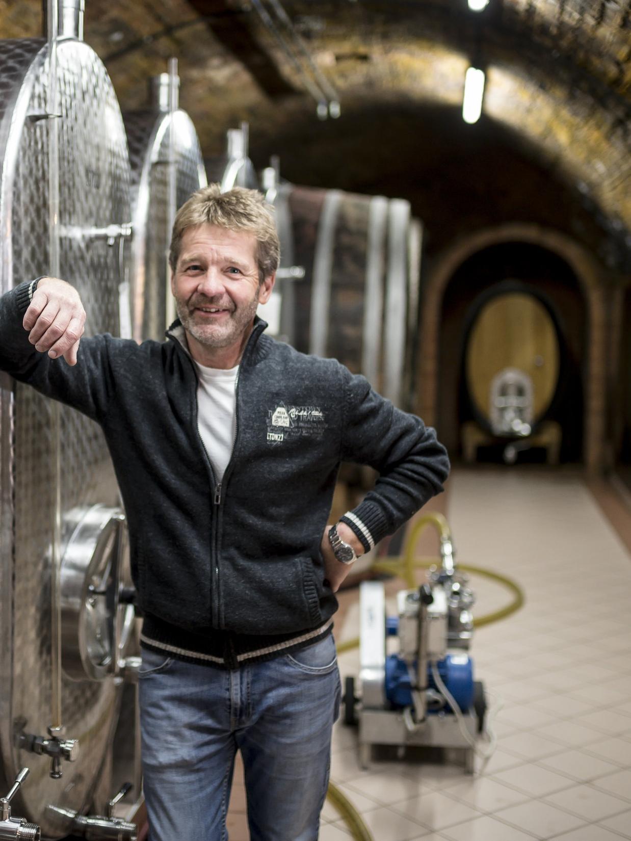 Heribert - Wenn es um die Pflege der Weingärten oder um die Verarbeitung der Trauben geht, ist er in seinem Element. Bei der darauf folgenden Kellerarbeit spielt er seine langjährige Erfahrung aus.