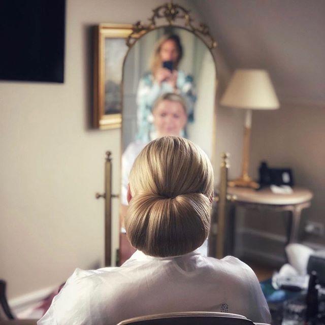 I lørdags sagde 2 af mine skønne kunder ja til hindanden❤️. Jeg fik lov at lave hår og makeup! Sikke en dejlig dag 💍#weddingseason #perfectsaturday