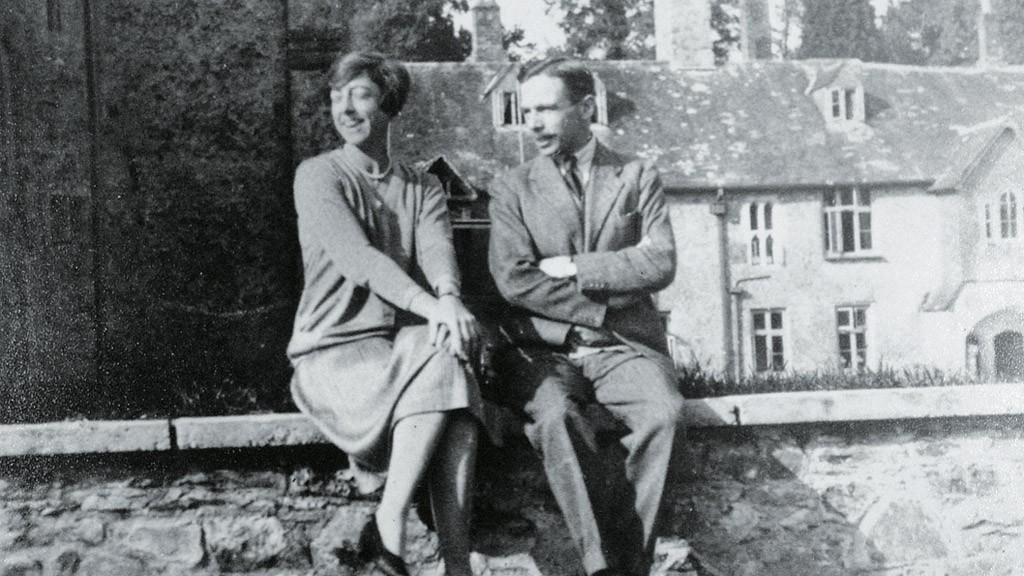Leonard_Elmhrist_(R)_with_his_wife,_Dorothy,_at_Dartington_Hall,_Devon,_UK.jpg