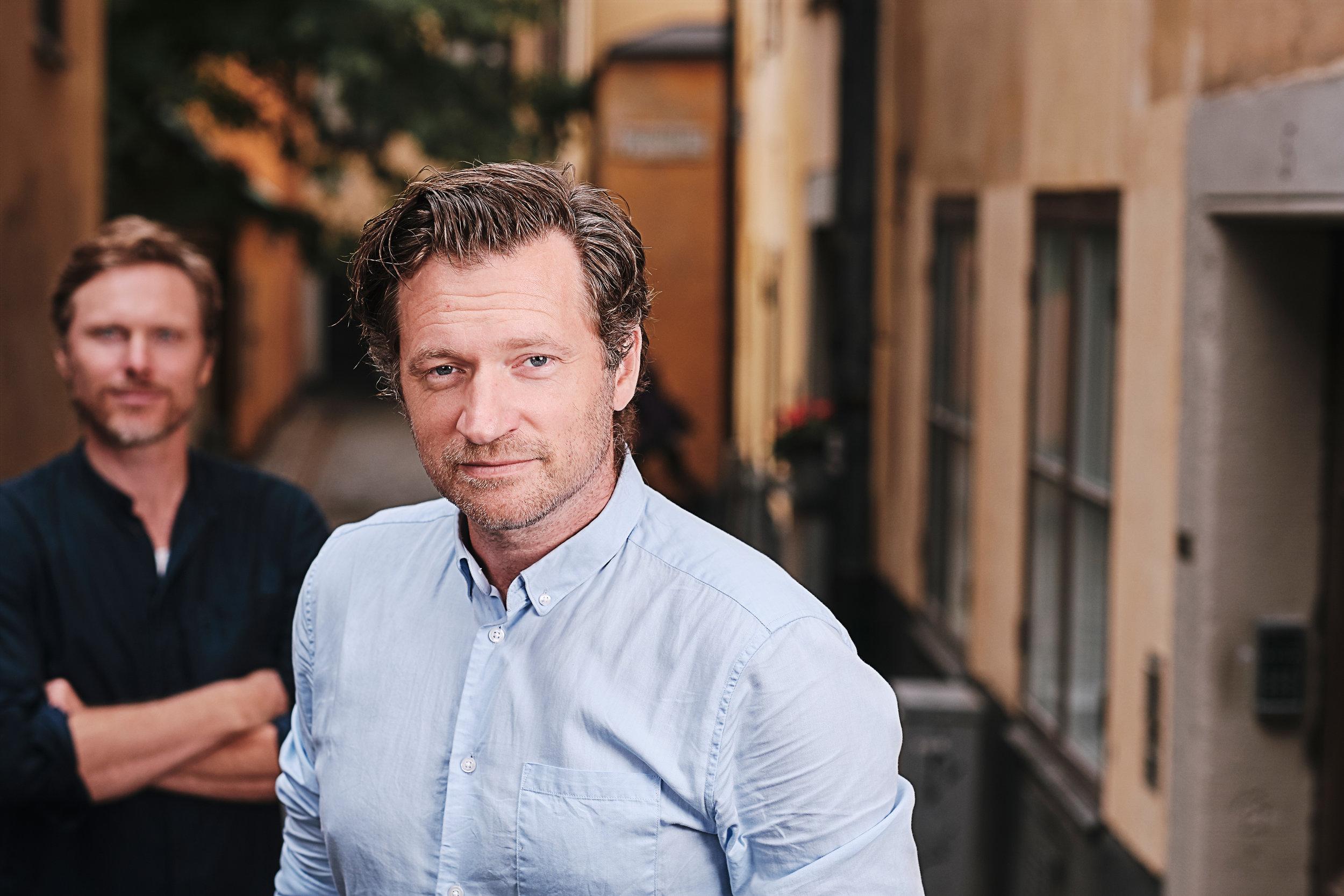 Jonas Lindqvist, bakgrund. John Guthed, förgrund.