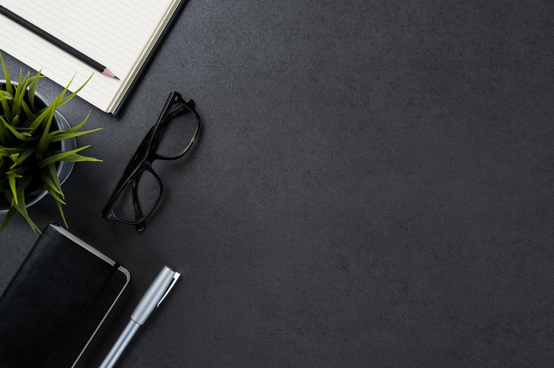 - 1997: Naargelang anciënniteit kunnen freelancers nog 3 tot 6 maanden factureren als vergoeding in geval van stopzetting van de overeenkomst.2013: Sanoma zal vaste werknemers die ontslagen worden niet vervangen door freelancers. Sanoma dient de verhouding tussen vaste en freelance werknemers te rapporteren.