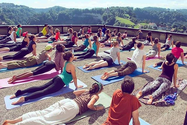 Free rooftop yoga! 🙏☀️🤸 Sunday 16 June, 9.15 - 10.30 in Fribourg. Bring a mat and some food as we'll be having a big picnic in the park after class. 😋🍓🥙 Full details on the website. Link in bio. 😎