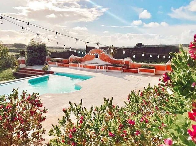 Who wants to come to Portugal with me next year for a week of yoga and optional surfing? 🙌🙏☀️🏄🌊 . . . Indulge yourself on this barefoot luxury yoga (and optional surf) retreat situated on the most picturesque part of the Portuguese coast. We'll be staying in a private villa nestled in the coastal sanctuary of Sintra's National Park, surrounded by beautiful nature and providing panoramic views of the countryside, castles and ocean. The house has been designed and decorated to mirror Balinese well-being, so expect soft white bedding, big green plants and simple yet stylish touches. It's just five minutes to the sea where you'll find a combination of hidden turquoise coves and vast surf beaches with long stretches of sand. Every morning will start with a fun, dynamic flow class to energise you for the day ahead. In the evenings we'll be focusing on the softer side of yoga; deep stretches, gentle movement and lots of rest and relaxation. . . . An overview of what's included: 🔹Seven nights cosy accommodation. 🔹Fresh, healthy and delicious homemade meals three times a day. 🔹Lots of yoga (fun morning flows and gentle evening classes). 🔹Additional yoga workshops. 🔹Yoga mats and props. 🔹Full use of the facilities (outdoor pool, mini spa, sauna, gardens, gym). 🔹Extra: Surf packages can be added for anyone interested. . . . Send me a message for more info, or check the website (link in bio) for the full details. 🙏🤸