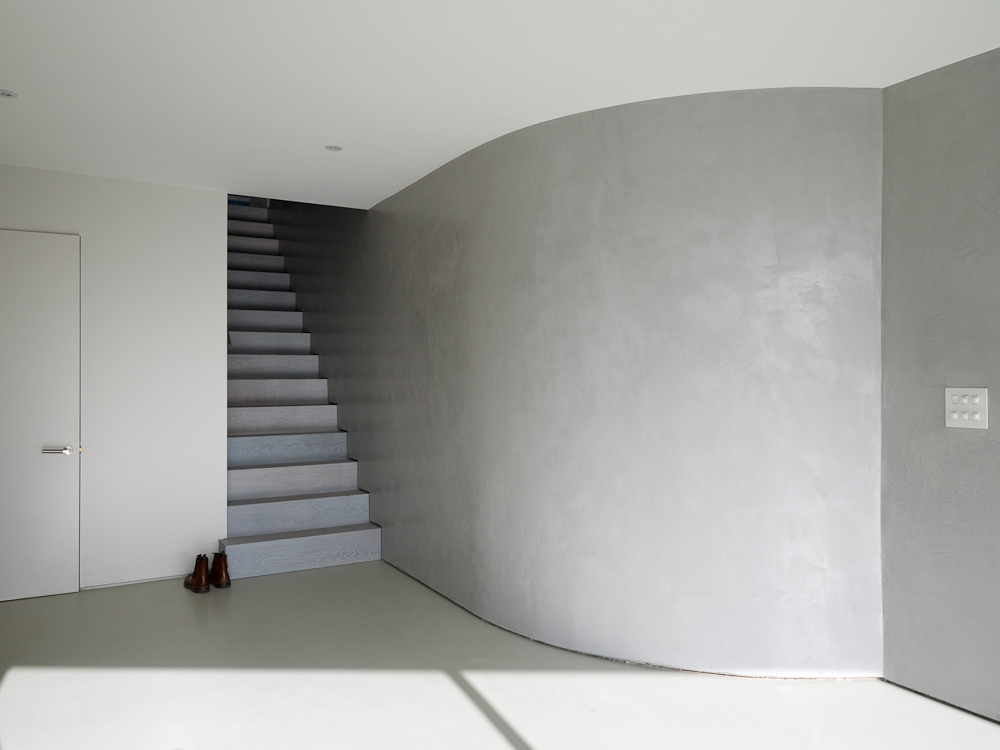 curved polished plaster wall