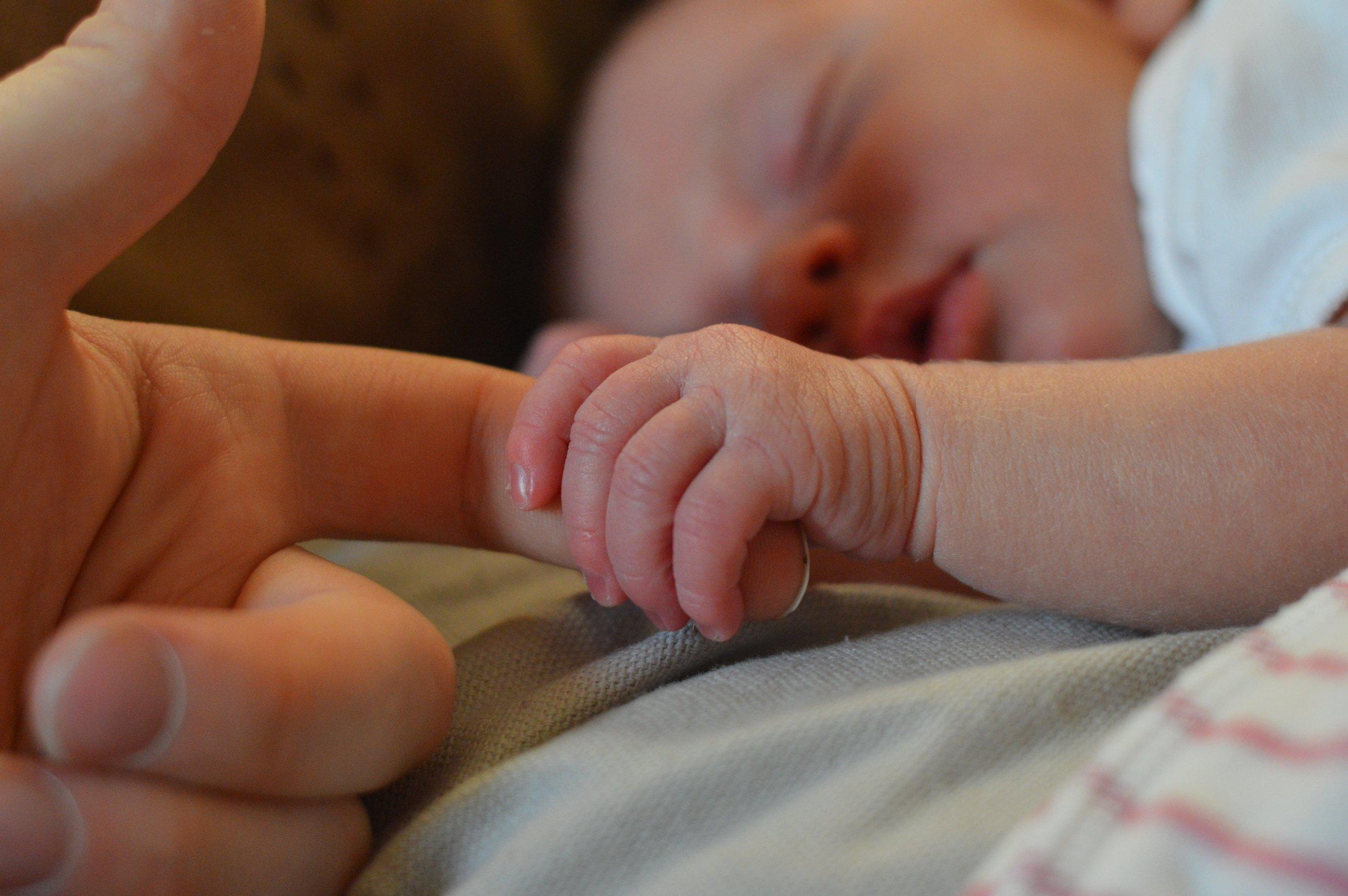 nyfødt holder finger.jpg