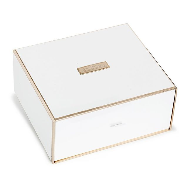 Keeping it classy with this white and gold drawer box for the #cosmeticindustry 💅⁣⠀ ⁣⠀ #luxurypackaging #packaging #cosmeticpackaging #whiteandgold #simplyelegant #highenddesign #premiumpackaging #simpledesign #packagingdesign #elegant #customboxes