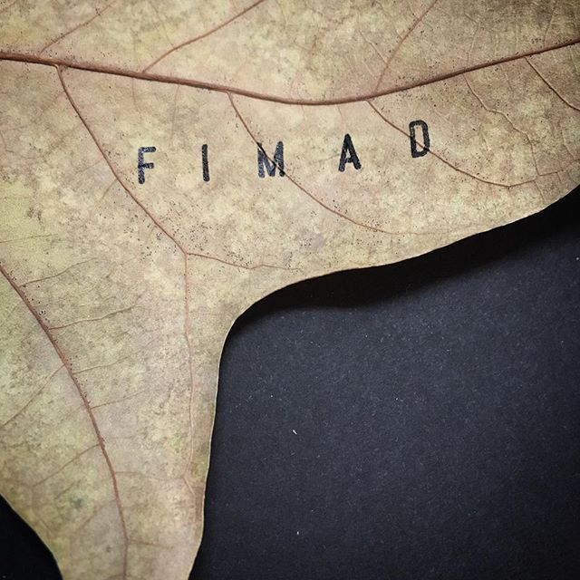 Firme en la hoja ................................................................www.fi-mad.com #tatoo#nature#stamp#black#ink#kraft#leaf#mindfullness#ponerenvalor#handmade#calendars#Art#design#process#Madrid#Spain#FIMAD