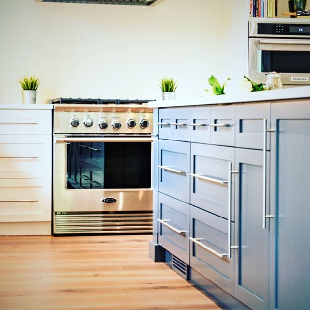 💕That feeling that you get when everything lines up just right. Batteaux Creek Kitchens has a habit of doing that time and time again. #batteauxcreekkitchens #customcabinets #bluekitchenisland #brushednickelhardware