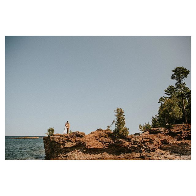 Throwback to one of my favorite weddings. These two were an absolute dream.  And if anyone is planning a wedding on the shores of Lake Superior, consider me there 📷