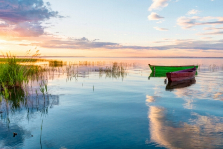 larger morning boats on lake.jpg