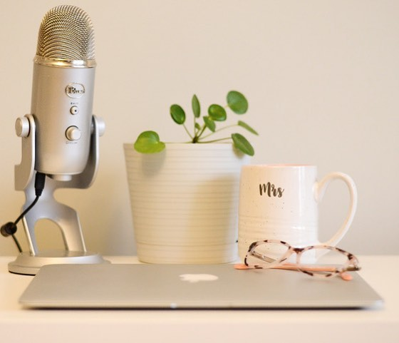 When my desk looks this tidy I take a photo as evidence. 💛🌿 . . . . . #mondaymorningspread (not Monday) #kellyworkshop #homeoffice #homeofficedecor #yetimicrophone #copywriting #writingmotivation #workfromhome