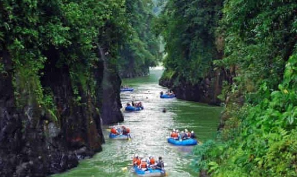 River rafting in a Costa Rica paradise