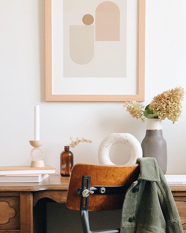 Ah... what my current workspace dreams are made of. My office is getting a bit of a facelift this month, and I'm so inspire by this snap from @kaitlinmeagan. A white wall, abstract prints, a vintage desk and flowers. Must have flowers. It's all happening next week, so check in for stories coming your way...