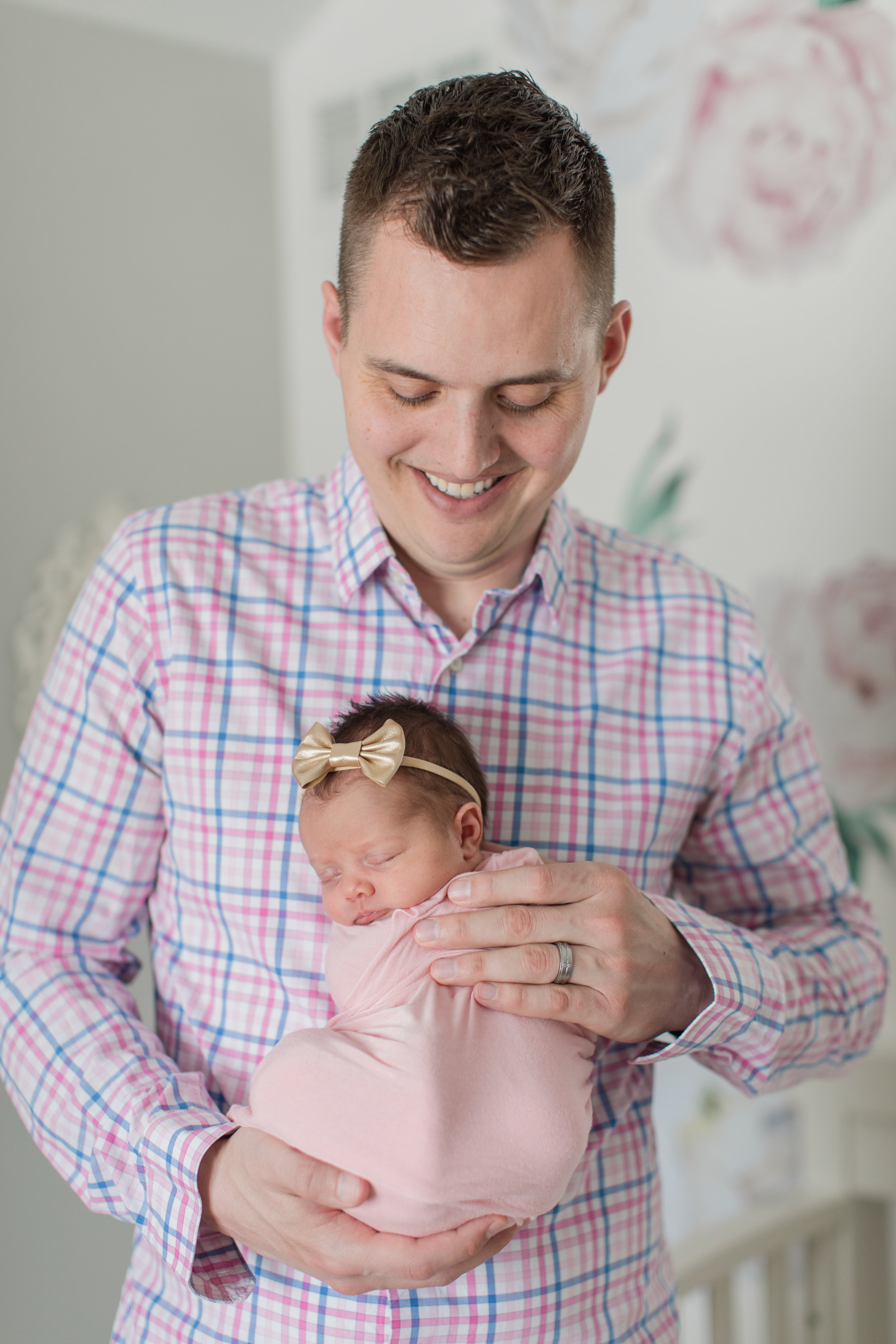 Lifestyle picture with dad and baby girl