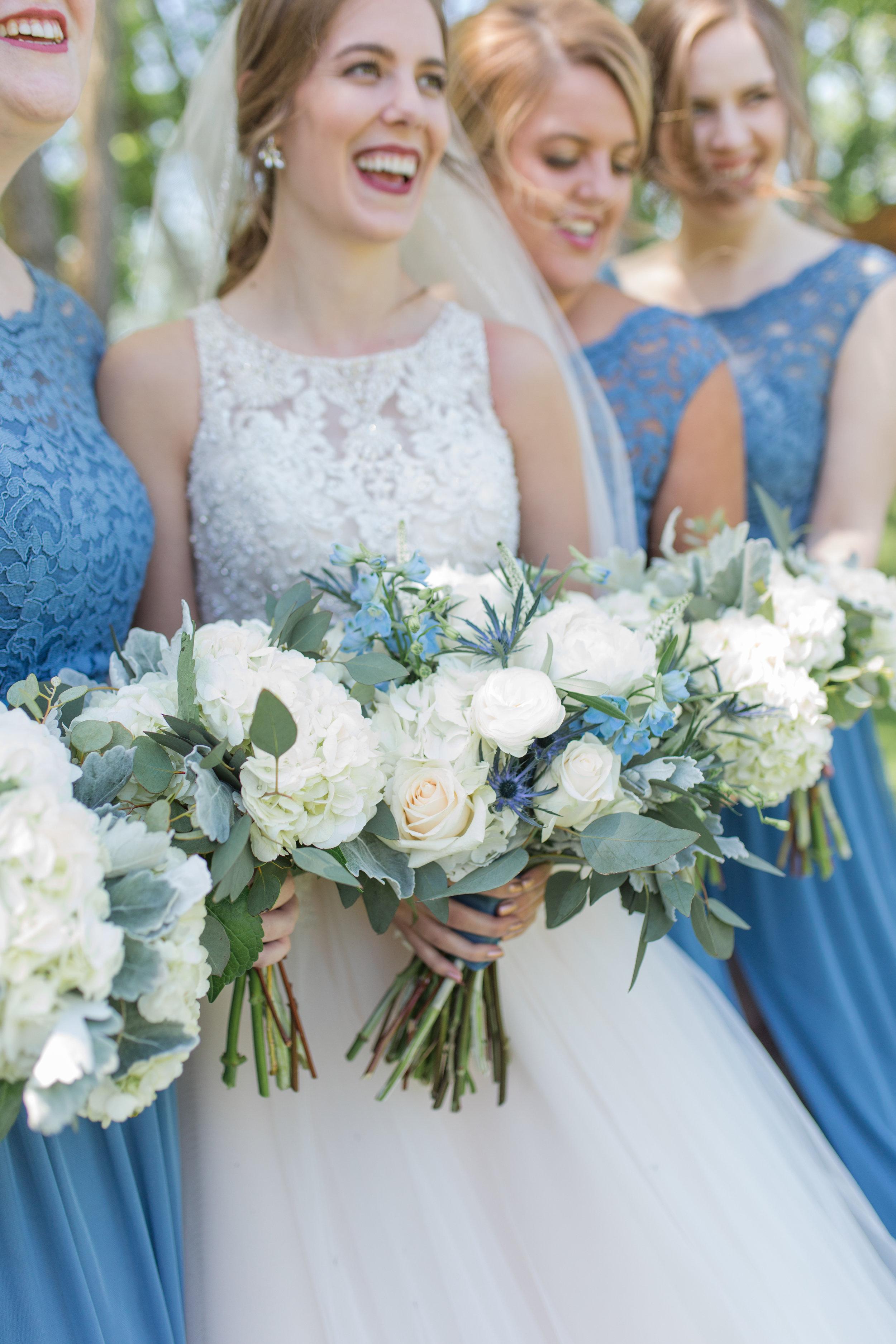 BridesmaidsEithFlowers