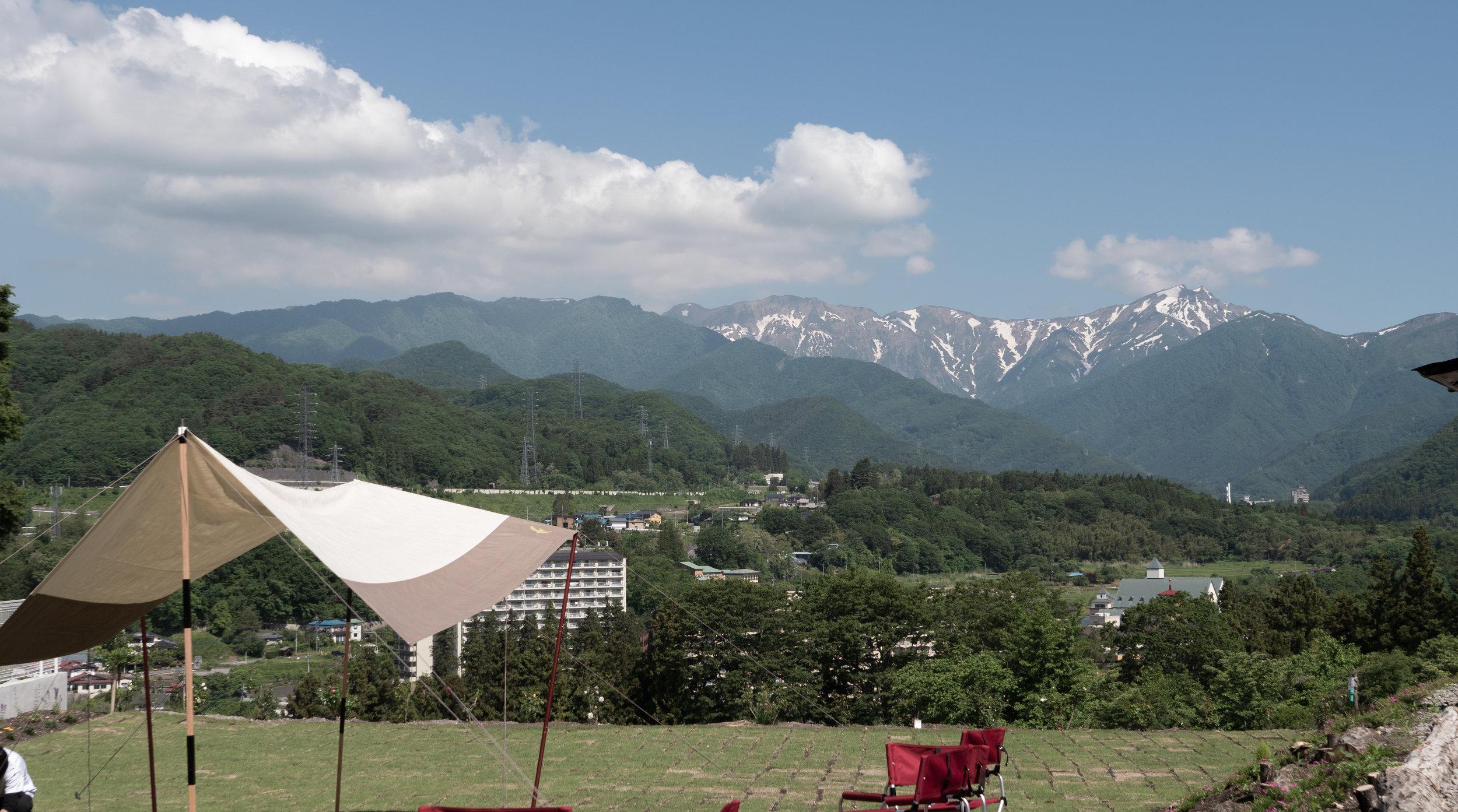遠くに谷川岳を見る。
