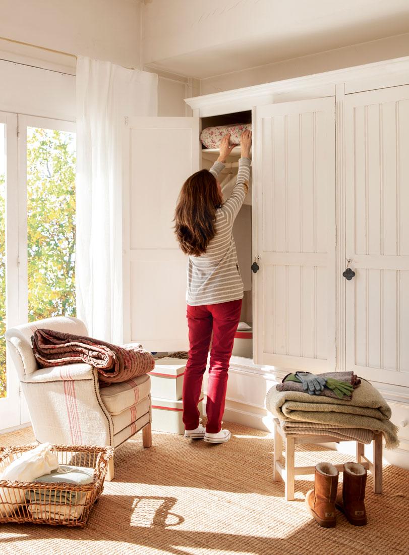 mujer-guardando-ropa-en-armario-blanco-361222_c63d8769.jpg