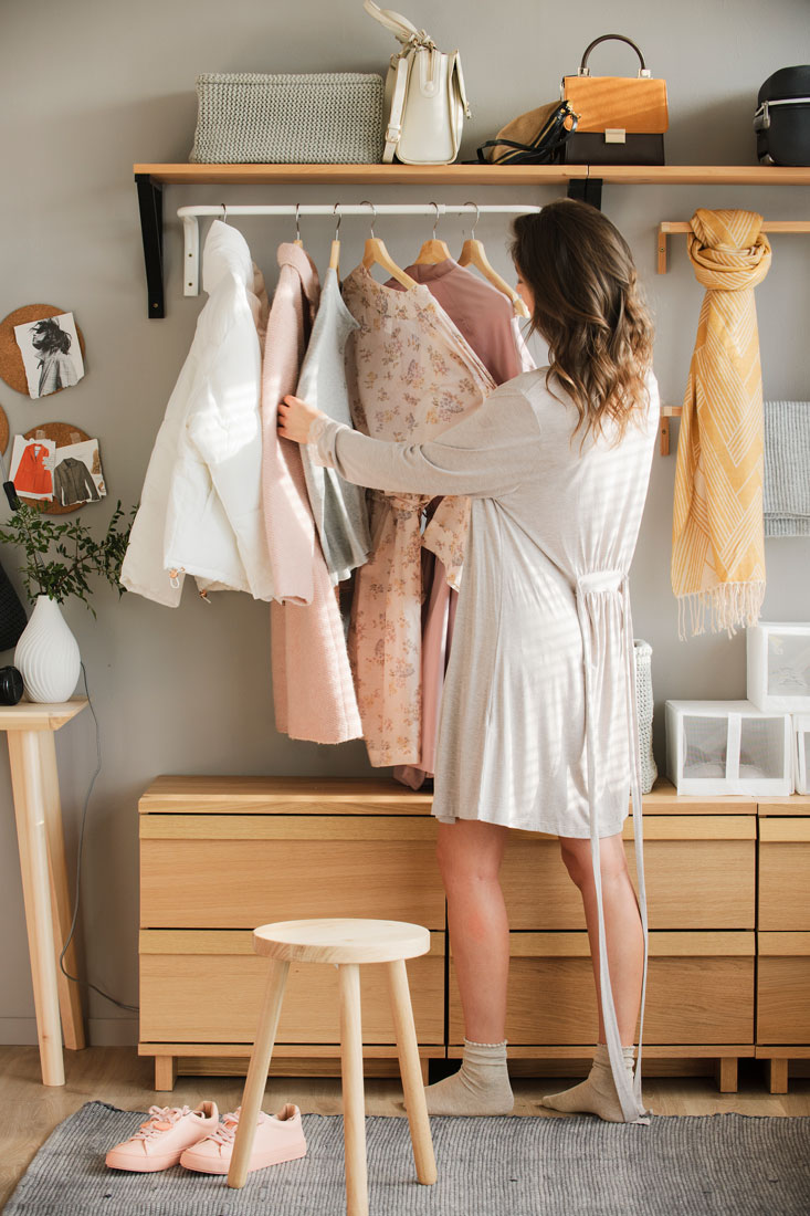 mujer-seleccionando-ropa-colgada-443781-o_5886350d.jpg