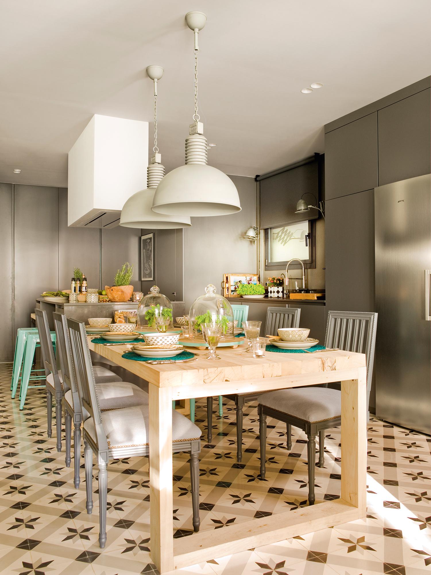 cocina-con-muebles-grises-isla-y-mesa-de-madera-adosada_-00397858_837127f0.jpg