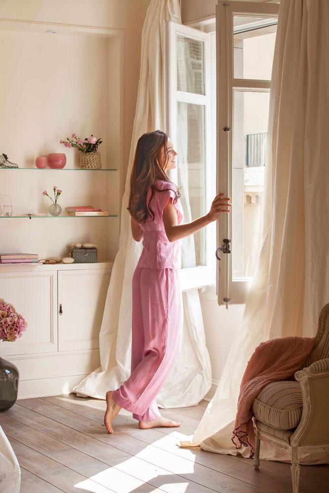 mujer-abriendo-ventana-del-dormitorio-00366214_3c2cb883.jpg