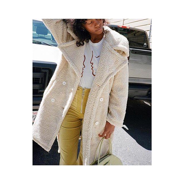 Szukacie ciepłego płaszcza? W naszym butiku znajdziecie najnowsze kolekcje wyselekcjonowanych marek z polski i zagranicy!❤️ Na zdjęciu wyjątkowo ciepły płaszcz od marki @houseofsunny 🔥✨ Zapraszamy do naszego butiku Concept Store1 w Atrium Promenada! 📍  #conceptstore1 #atriumpromenada #conceptstore #płaszcze #coats #houseofsunny #projektanci #style #newcollection #streetstyle
