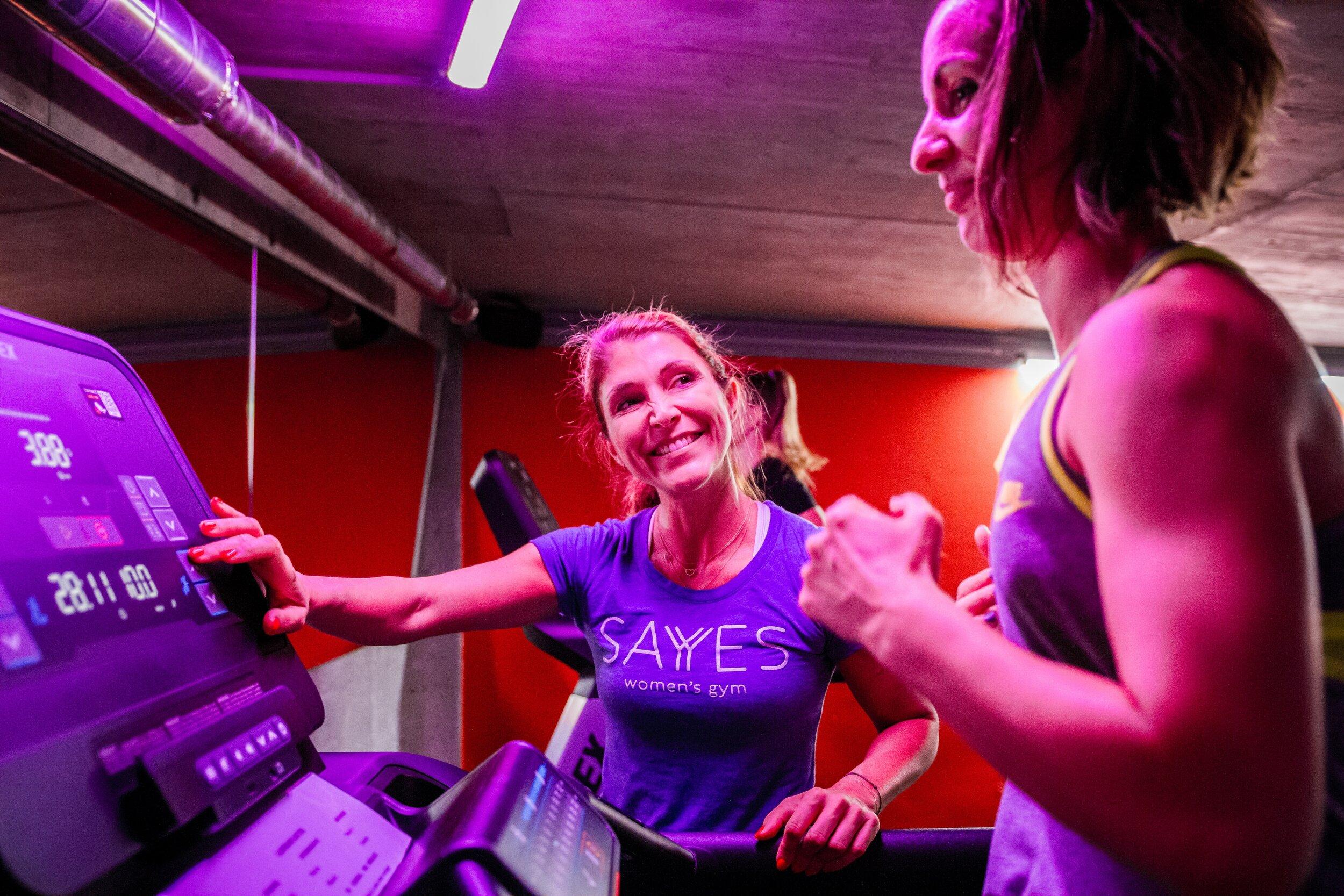 SAYYES to change - In unseren Trainingseinheiten fokusieren wir besonders auf die Bereiche Bauch, Beine, Arme und Po, um sie gezielt zu formen und zu definieren, denn in einer SAYYES Klasse verbrennst du bis zu 1000 Kalorien.