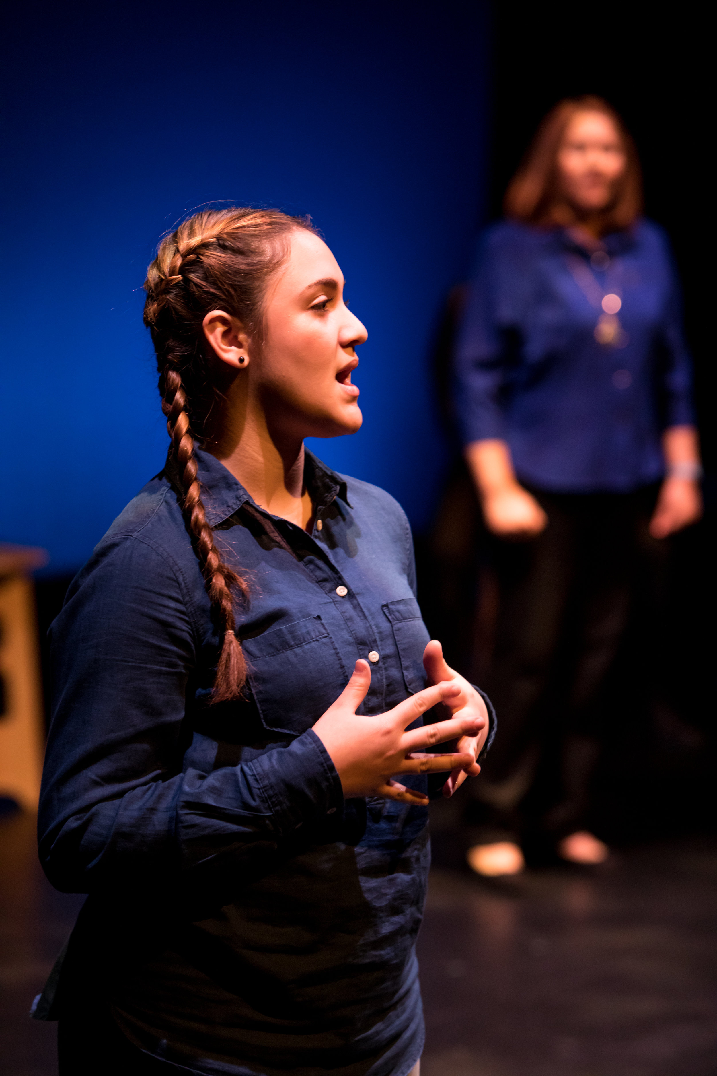 إمرأة على خشبة المسرح