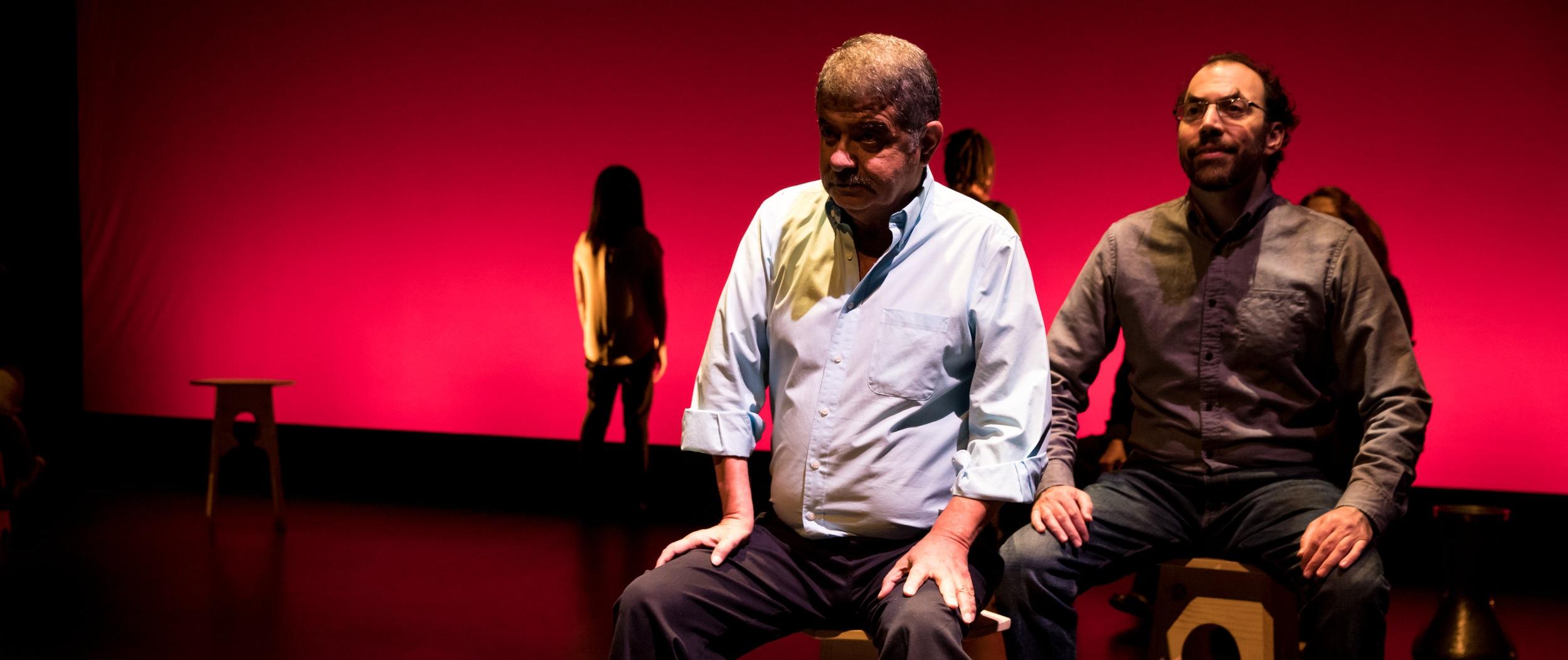 ممثلين على خشبة المسرح