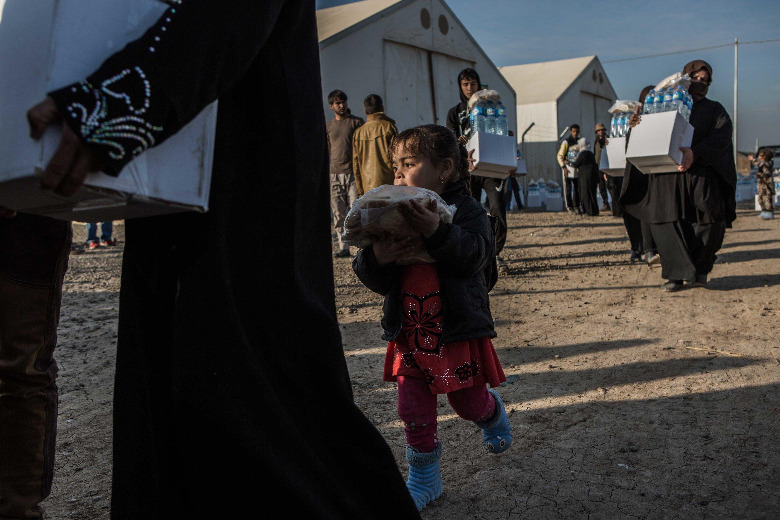 تقديم الاغاثة لمن بحاجتها في العراق