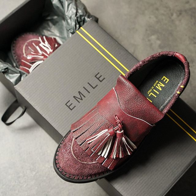 Unbox, red. AW18 collection.  #EMILE #meandmycolors  Ph.: @seniaferrante  #italianbrand #sneakeraddict #soft #warmday #shoeslover #footwear #womensshoes #lightweight #colorsplash #yellowstitches #AW18 #handmadewithlove #madeinitaly #independentwoman #dreamers #urbanwear #positivevibes
